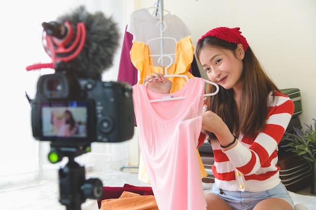 プロのデジタル一眼レフデジタルカメラフィルムと美しさ若いアジアのvloggerブロガーインタビュー Premium写真