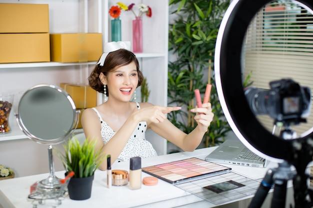 Азиатская женщина красоты vlogger или блоггер записи составляют Бесплатные Фотографии