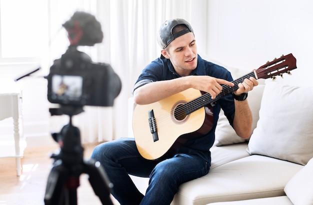 Мужчина vlogger записывает музыку, связанную с вещанием дома Бесплатные Фотографии