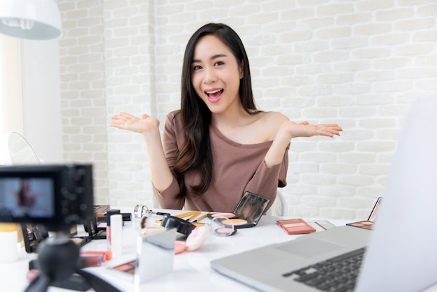 Красивая азиатская женщина красота vlogger записи косметического макияжа учебник Premium Фотографии