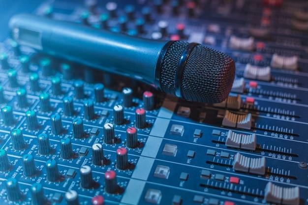 Вокальный микрофон и звуковой стол или аудиомикшер Premium Фотографии