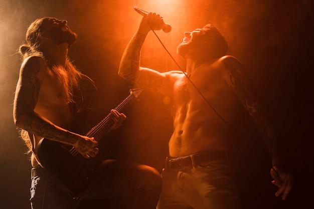 ステージ上のボーカリストとギタリスト 無料写真