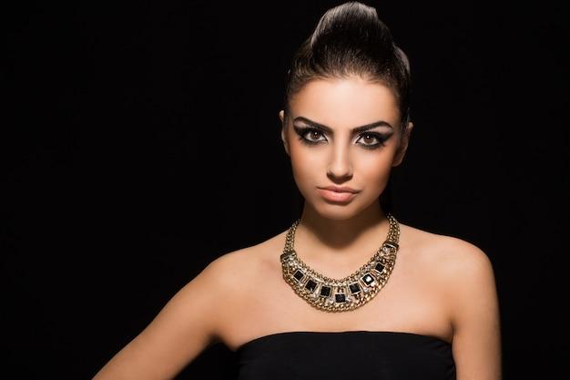 Vogue. красивая женщина позирует в черном платье Бесплатные Фотографии