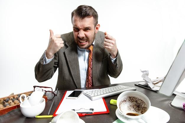 彼の頭の中の声。オフィスでの同僚の話に苦しんでいる若い男。沈黙の中で集中して働くことはできません。オフィスワーカーのトラブル、ビジネス、問題、ストレスの概念。 無料写真