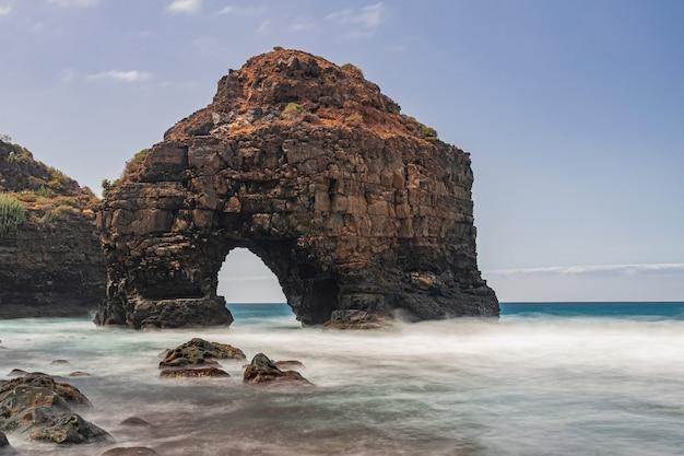 화산 바위 아치, 로스 로케 스 해변, 로스 Realejos, 테 네리 페, 카나리아 제도 프리미엄 사진