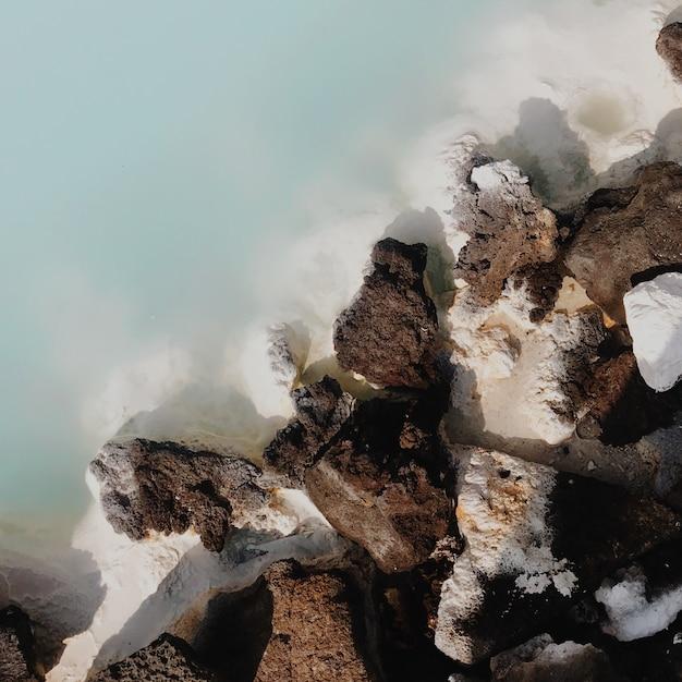 Вулканические скалы и голубая вода Premium Фотографии
