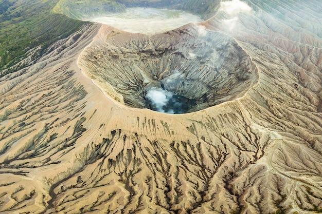 Кратер вулкана изгоняет дым Бесплатные Фотографии