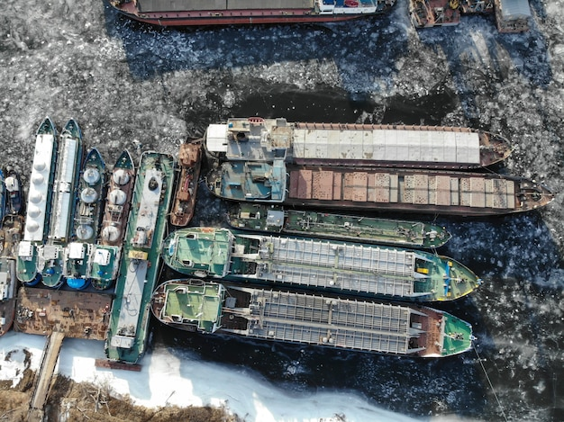 볼가 강. 얼어 붙은 강에서 겨울철 배송. 부두에는 많은 배가 있습니다. 볼고그라드. 러시아 프리미엄 사진