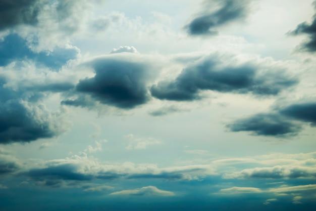 空色のファンタジーの背景に雨雲のボリューム Premium写真