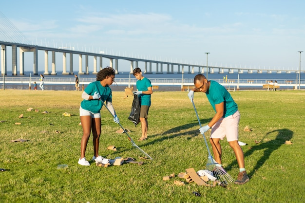 Volunteer team cleaning city grass from garbage Free Photo