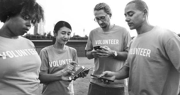 Volunteers posting on social media Free Photo