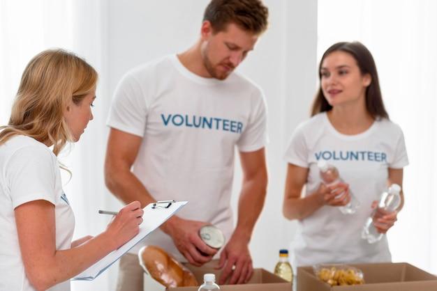 Волонтеры готовят коробки с пожертвованиями на еду Бесплатные Фотографии
