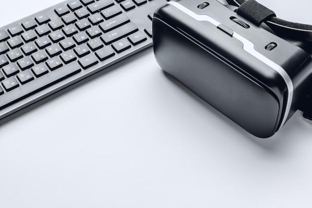 Vr glasses and keyboard Premium Photo