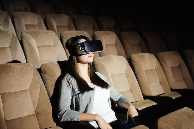 Vrヘッドセットメガネを演奏する幸せな女性の二重露光 Premium写真
