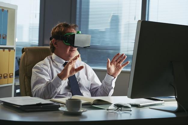 彼のオフィスでvrヘッドセットの経営者 無料写真