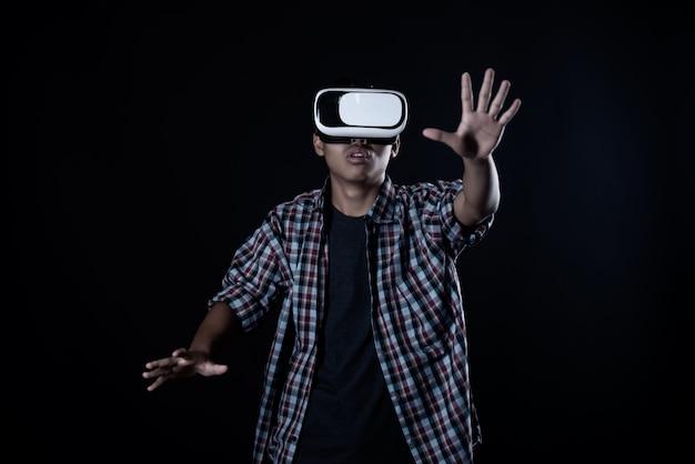 仮想現実ゴーグル、vrヘッドセットを着ている学生の男。 無料写真
