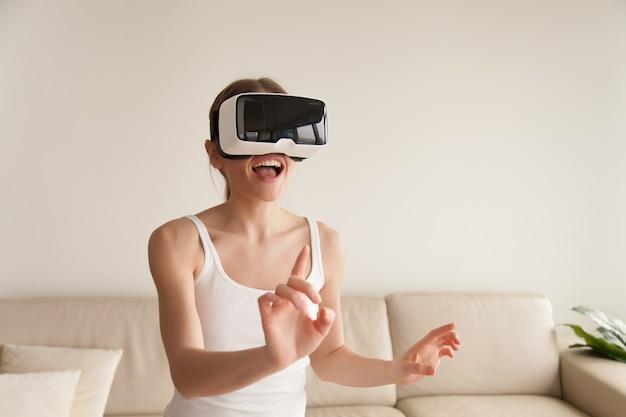 仮想現実に触れるvrヘッドセットを着て興奮している若い女性 無料写真