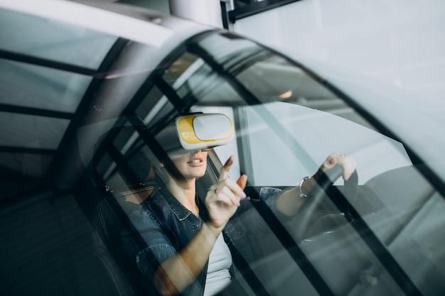 Vrメガネをかけて車の中に座っている女性 無料写真