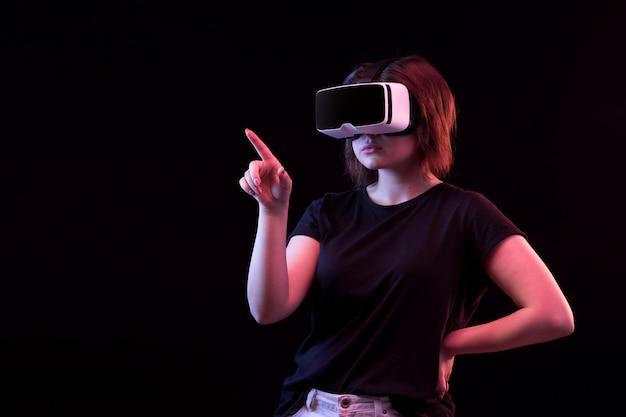 Молодая женщина, используя очки vr Бесплатные Фотографии