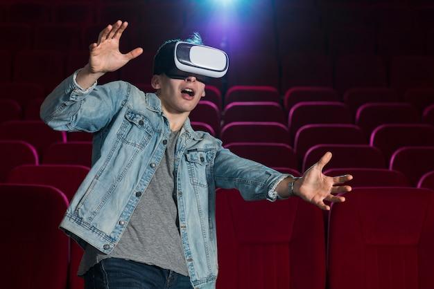 映画館でvrメガネを持つ少年 無料写真