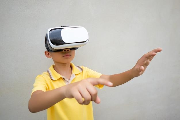 Vrまたは仮想現実の眼鏡をかけている子供 Premium写真