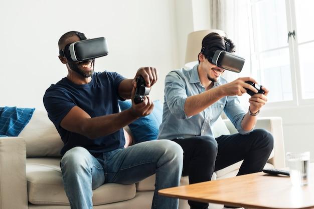 Vrヘッドセットで仮想現実を体験している男性 Premium写真