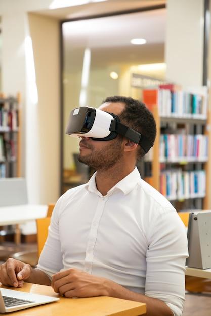 Vrヘッドセットを使用する成人男性学生 無料写真
