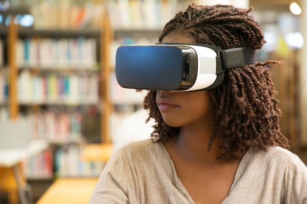 仕事のためのvrメガネを使用して黒人女性学生の女の子 無料写真