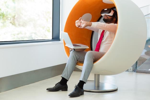 Vrシミュレーターをテストするビジネスマン 無料写真