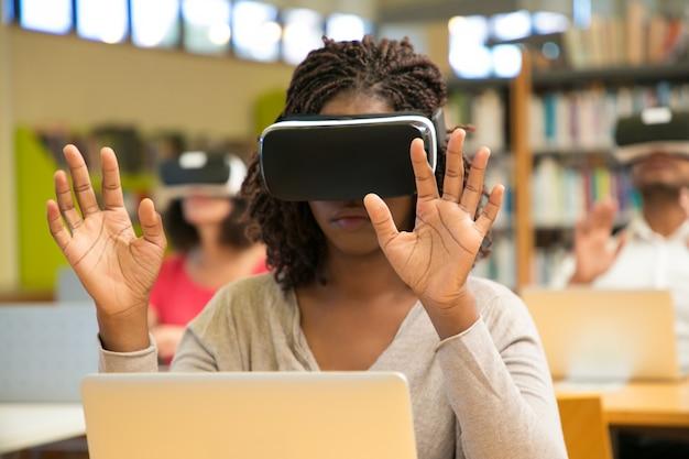 授業中にvrガジェットを使用する学生の多民族グループ 無料写真