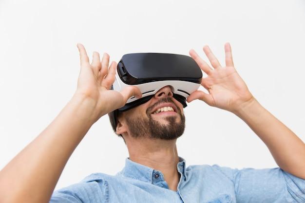 Vrメガネをかけて、デバイスを調整する男性ユーザーの笑顔 無料写真