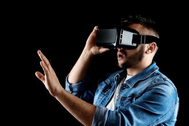 Портрет мужчины в очки виртуальной реальности, vr, на темном фоне. Premium Фотографии