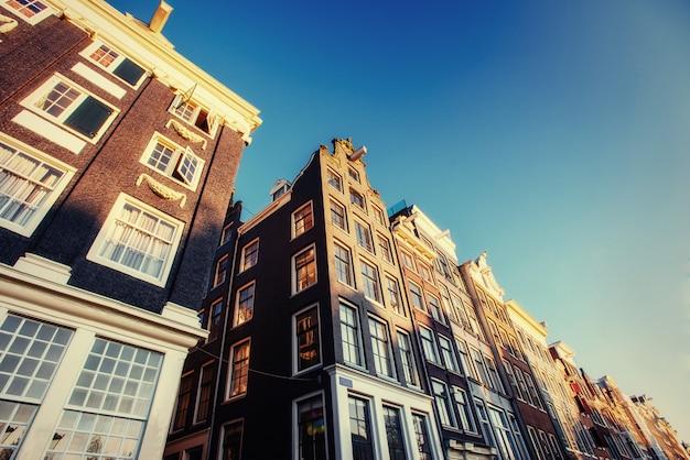 アムステルダム-オランダ。アムストの歴史的中心部にあるvulytsya Premium写真