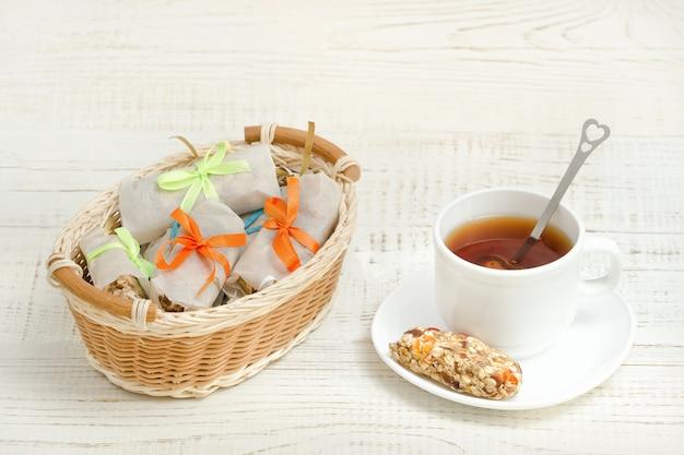 紅茶とミューズリーバーのマグカップ。バー付きwバスケット Premium写真