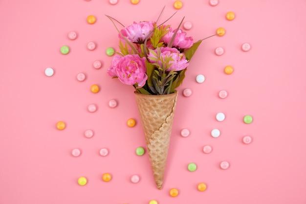 ピンクに分離された花ワッフルコーン Premium写真