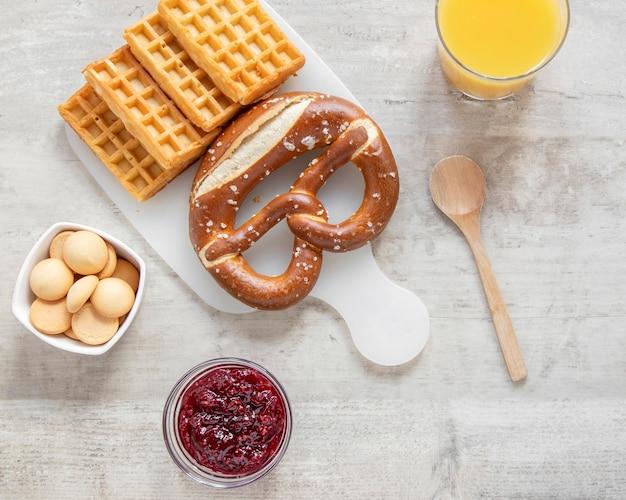 Waffle e succo di frutta Foto Gratuite