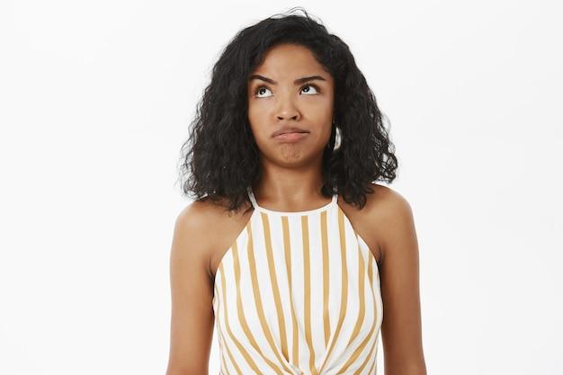 Снимок невежественной и опрошенной глупой афроамериканской девушки, пытающейся понять, что произошло Бесплатные Фотографии
