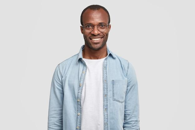 ハンサムな自信のある陽気な男性起業家のウエストアップショットは広い笑顔を持っています 無料写真