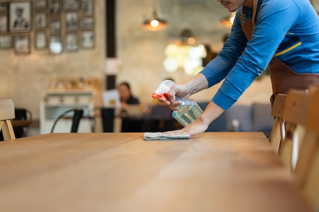 Waiter cleaning a table Premium Photo