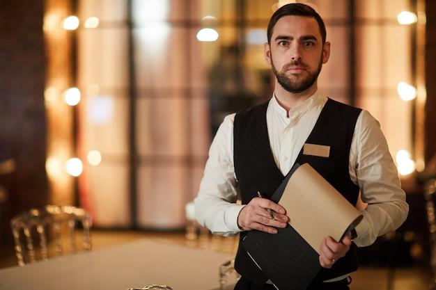 Официант в роскошном ресторане Premium Фотографии