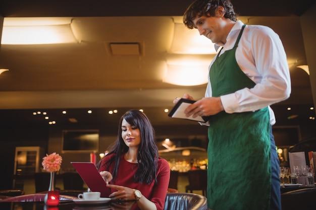 Официант принимает заказ от женщины Бесплатные Фотографии