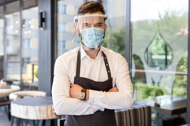 Официант в маске и защите Бесплатные Фотографии