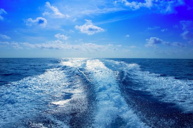 Лодка wake опора мыть пену в синем небе Premium Фотографии