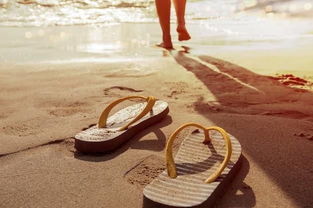 夏に海に入る Premium写真