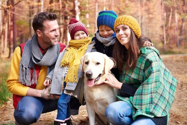 숲에서 가족 및 개와 함께 산책 무료 사진