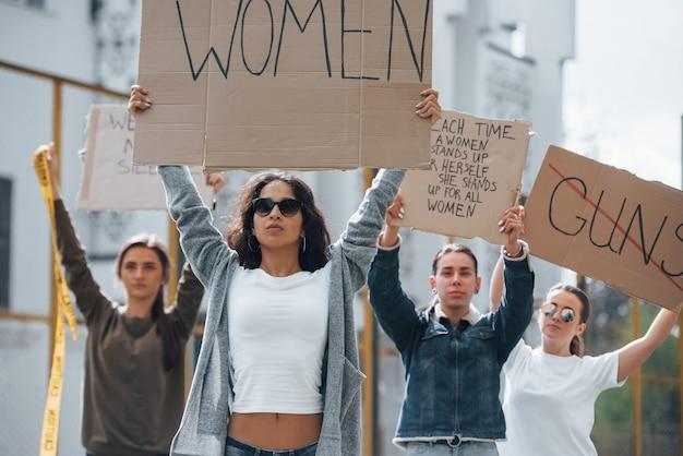 앞으로 걷기. 페미니스트 여성 그룹이 야외에서 자신의 권리를 위해 항의 무료 사진