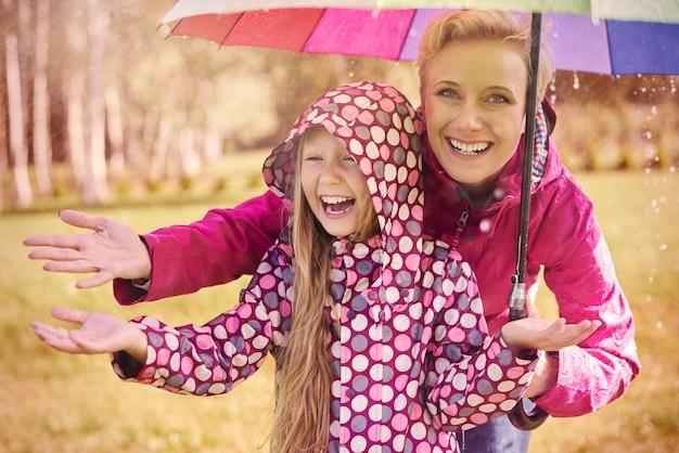 雨の中を歩くのはとても楽しいです 無料写真