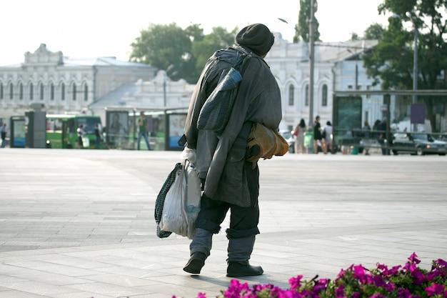 노숙자 마을 광장을 걷다 프리미엄 사진