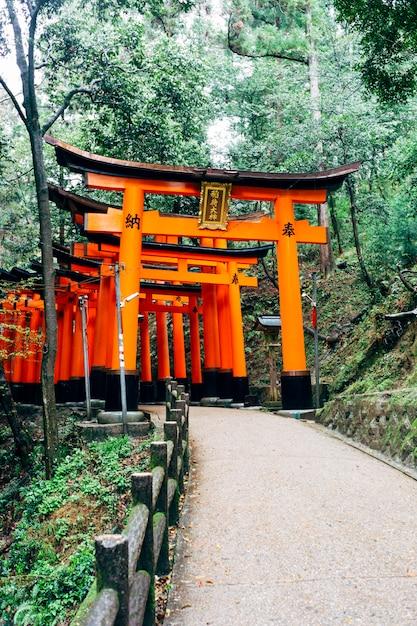 Walkway fushimi inari red torii in japan Free Photo