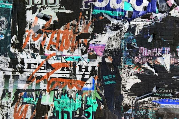 오래된 광고로 가득 찬 벽 무료 사진